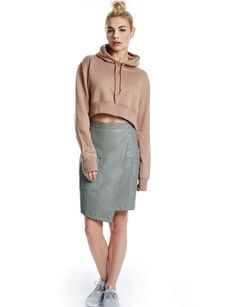 La jupe asymétriqueJupe en simili cuir, Boohoo, 29 €