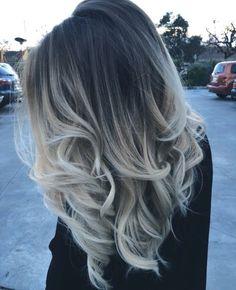 Diese Haarfarbe ist so schön.Ich mag das voll wenn oben der Ansatz dunkel ist und es unten eine hellere Farbe hat.Obré