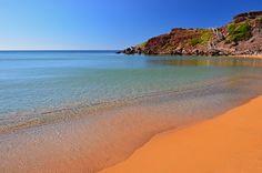 ¡Menorca! Nos gusta porque es una isla llena de matices: baños de barro naturales en sus playas, preciosas calas rodeadas de bosques, ¡y hasta fiestas nocturnas en cuevas! ¿Qué más se puede pedir?  #buscounchollo #chollo #vacaciones #menorca #chollazo #viajes #chollazoviajes