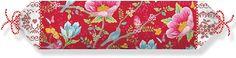 """Florale Nackenrolle """"Chinese Garden Brushed"""" der Marke PiP Studio. Dieses Kissen hat ein ganz wunderbares Design - herrliche Blüten, die auf roten Untergrund erstrahlen und eine weiß-rote Wendeseite, die mit Motiven in Stickoptik punktet. Das Außenmaterial ist aus 100% Baumwolle, durch das Aufrauen des Stoffes ist dieser besonders weich und kuschelig, wie die Biber Qualität bei Bettwäschen. Die..."""