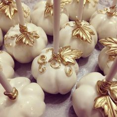 White and gold pumpkin cake pops by TheNewYorkCakepopery on Etsy Fall Cake Pops, Pumpkin Cake Pops, White Cake Pops, Caramel Mou, Salted Caramel Cake, Thanksgiving Cake Pops, Macarons, Elegant Cake Pops, Chocolate Bonbon