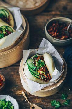 Gua Bao au pulled pork sur Styliste Gua Bao, Pulled Pork, Asian Recipes, Camembert Cheese, Tapas, Food Photography, Cooking, Vegetarische Rezepte
