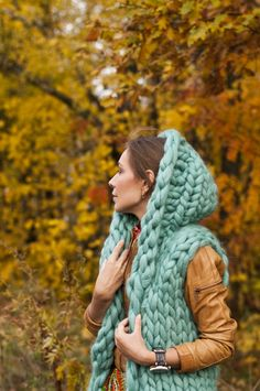 knit inspiration: super chunky hooded vest! love the color, love the size!!! <3 (this site has a bunch more giant knits!)