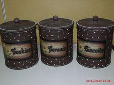 latas decoradas (rótulos feitos por mim)