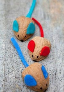 Kids Get Crafty: Walnut Mouse Racing A most adorable Walnut DIY - make these fun Walnut Mice and watch them race each other. A super quick walnut craft for kids to love and play with! Easy Crafts, Diy And Crafts, Crafts For Kids, Arts And Crafts, Paper Crafts, Easy Diy, Boat Crafts, Children Crafts, Projects For Kids
