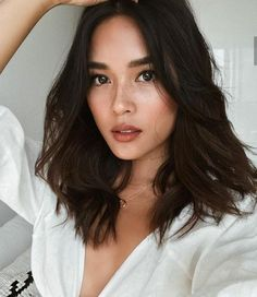 Gray is the new Black: 30 hairstyles for gray hair – Trending Hairstyles - - Gray is the new Black: 30 hairstyles for gray hair – Trending Hairstyles Brunettes Haare # Frisuren Medium Hair Styles, Natural Hair Styles, Short Hair Styles, Natural Curls, Natural Waves, Natural Hair Color Brown, Hair Color Asian, Natural Highlights, Color Highlights