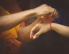 Červená nit na zápěstí není jen ozdobou, symbolizuje mnohem více Holding Hands, Celebrity, Celebs, Famous People