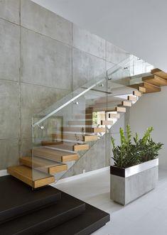 viertelgewendelte Treppe mit Zwischenpodest Ganzglasgeländer Holzstufen offen Metall-Handlauf #interiors #staircase