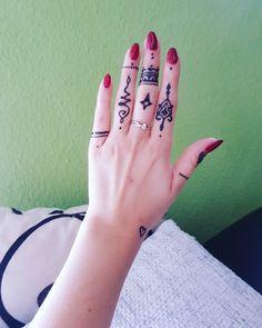 #Henna #neha_mehandi #temporäres_Tattoo #temporary_tattoo #selfmade #henna_by_rinkitoku #finger #simple #rote_Nägel #red_nails