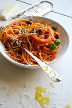 Spaghetti med tomatsaus. Høres ut som det kjedeligste av det kjedelige på en fantasiløs barnemeny. Og det kan det også lett bli! Hva er hemmeligheten bak en tomatsaus som får deg til å glemme at de...