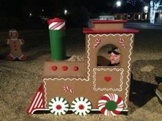 cardboard gingerbread train - Google Search Christmas Float Ideas, Christmas Parade Floats, Candy Land Christmas, Christmas Yard Art, Christmas Yard Decorations, Christmas Gingerbread House, Christmas Train, Office Christmas, Christmas Projects