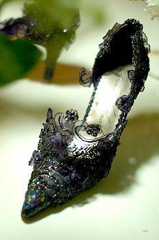 Llorraine Neithard shoe art  überzogen mit Spitze und Stoffblüten :D tolle Idee