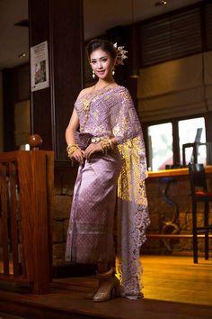 khmer wedding costume Cambodian Wedding Dress, Khmer Wedding, Wedding Costumes, Wedding Outfits, Traditional Wedding Dresses, Traditional Outfits, Sexy Gown, Thai Dress, Cheongsam