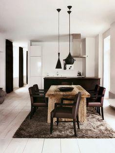 Sala de Jantar com Mesa de Madeira