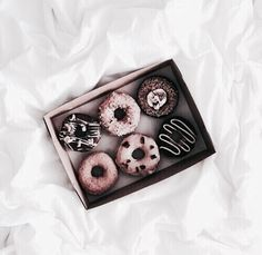 food, donuts, and chocolate image Good Food, Yummy Food, Delicious Donuts, Delicious Meals, Aesthetic Food, Diy Food, Delish, Food Photography, Amazing Photography