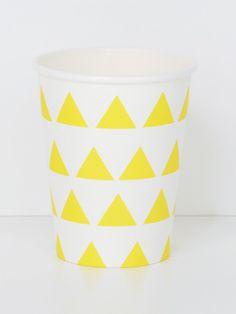 Set of 8 paper cups. Dimensions: 8 x 5 x 10cm.