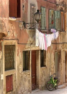 French Provence Decorating Colors Flesh Pink, Burnt Orange, Beige, Washed Green- From Shabby Chic Mania Voyager C'est Vivre, Toscana Italia, Provence Style, Provence France, French Provincial, Turin, Windows And Doors, Photos, Pictures