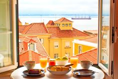 Wohnung in Lissabon, Portugal. Story Flat Lisbon is an invitation for you to discover your own Lisbon story. This bright and charming apartment offers a true sensory experience of the city, as all the rooms present you with a stunning panoramic view of river Tagus.    It's a 3r...