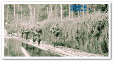 Den svenske frivilligsoldaten Bo Nilsson går över floden Jandeba i spetsen för en jägarpatrull. Bakom honom går översergeant Nils Uno Bengtsson, affärsbiträde från Stockholm, den danska frivillige sergeant Hauren och två österbottniska jägare. (Bild: SA-Kuva.)