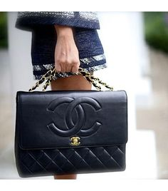 Who doesn't love a Chanel bag, seriously? It's one of the most popular brands of all time, especially the bags. Chanel is classic you can . Burberry Handbags, Chanel Handbags, Purses And Handbags, Dkny Handbags, Fall Handbags, Quilted Handbags, Estilo Coco Chanel, Moda Chanel, Chanel Vintage