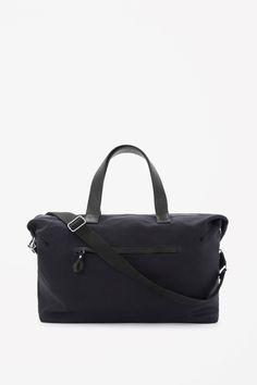 CANVAS WEEKEND BAG  A practical style designed for travel, this large weekend bag is made from unstructured cotton and has with durable leather handles. With a detachable fabric shoulder strap, it has a single spacious compartment and inside and outside zip pockets.