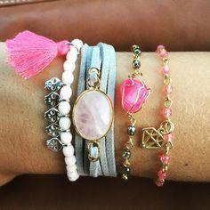Conjunto de 4 pulseras. Puedes comprar el conjunto con el 15% de descuento o las pulseras por separado. El conjunto está formado por:- Piedras rosa palo y calaveritas plateadas- pulsera Mía : angel una gris con piedra rosa- pulsera rosario con piedra gris engarzada y piedra rosa central-  pulsera rosario con piedras rosas engarzadas con charm con forma de diamante dorado.