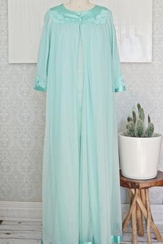 Romantic vintage 1960'sset. Done in a double-layered and frothy nylon fabric in the most beautiful shade of mint green,which simply cascadesover the body. Th