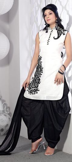 89824  EXPLORE THE TREND MONOCHROME: Plain Monochrome    A way to wear monochrome trend is to go for plain combination of back and white. It you want to keep it simple while following this trend, this plain combination is the best take.  #monochrome