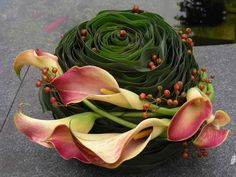 centrical pink calla lily and green Small Flower Arrangements, Flower Centerpieces, Flower Decorations, Floral Arrangement, Ikebana Sogetsu, Corporate Flowers, Funeral Arrangements, Sympathy Flowers, Funeral Flowers