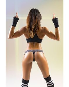 SQUAT MOTIVATION WITH WORK OF ART GLUTES