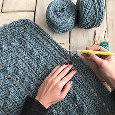 Este chal de pico va a ser tu próximo proyecto de crochet | SANTA PAZIENZIA Crochet Santa, Love Crochet, Diy Crochet, Crochet Crafts, Crochet Baby, Crochet Projects, Crochet Shawl Diagram, Crochet Poncho, Crochet Blanket Patterns