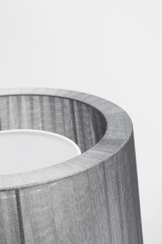 Estructura metálica. Pantalla de cinta en organza blanca o gris.  Metal structure. Ribbon screen in white or grey organza.