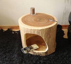 Naturdesign – massiv Holz – Handarbeit Dieser Baumstamm – Beistelltisch mit Ablage stammt von einem Rüsternbaum, er stand in einer Schlossparkanlage in unserer Nähe. Zu Lebzeiten ein beeindruckender Baum, musste aber aus Altersgründen gefällt werden. Doch auch jetzt ist er durch die wunderschöne Maserung auf der Tischplatte ein Hingucker. Dieser Baumstamm wurde ausgehöhlt auf eine einheitliche Stärke von 3 cm, dadurch ist die Trocknung ohne große Rissbildung möglich. Die Rinde wurde sauber…