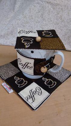 Faça da sua hora do chá/café um momento muito especial e elegante!  Mug rug com caneca de louça branca, tapetinho, protetor de caneca e abafador (tapa caneca)!  Com certeza o seu chá/café da tarde ficarão mais deliciosos e exclusivos!  Nossos produtos são confeccionados em tecido 100% algodão.  P... Mug Cozy, Coffee Cozy, Small Quilts, Mini Quilts, Cool Coasters, Sewing Crafts, Diy Crafts, Kawaii Crafts, Cute Mugs