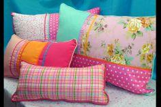 Muy coloridos estos almohadones combinan algodón, lino, lonetas estampadas y gabardinas. El toque final se lo dan las pasamanerías, las cint...