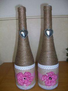 oude Canei flessen opgeschmuckt met jute draad, en jute stof, kant en mooie handgemaakte satijnen bloemen..