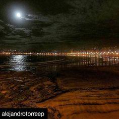 #Repost @alejandrotorreep ・・・ Simplemente enamorado ❤️ #gijon @ayto_gijon @gijonturismo @gijonconcalidad @ig_asturias @igers_gijon #ig_gijon #mar #sanlorenzo #playa #noche #luna #paz #lujodeciudad #reflejo #precioso