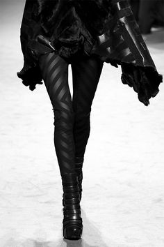 Todos los must de moda blanco y negro - Leggings Black - Ideas of Leggings Black - Chevron Leggings black on black edgy fashion details // Gareth Pugh Moda Cyberpunk, Cyberpunk Fashion, Gareth Pugh, Style Noir, Edgy Style, Rock Style, Fashion Week Paris, Alternative Mode, Alternative Fashion