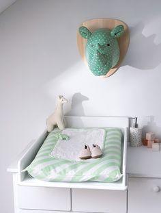 Indispensable, ce matelas à langer et sa housse rayée offrent à bébé confort, douceur et gaieté lors du change ou de l'habillage. DIMENSIONS : 72 x 49 cm. Housse rayée amovible, fermeture à rabat. Doudou rhinocéros cousu et fixé par lien. Livré avec un tapis à langer amovible. CE QU'IL FAUT SAVOIR : Housse lavable en machine. Ce matelas avec housse s'installe sur tous les modèles de tables ou bacs à langer. Matelas en PVC avec rembourrage 100% polyester. Housse en bâchette pur coton. ...