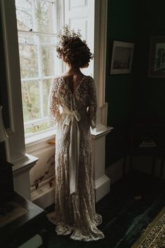 Auburn forests, cappuccino roses, dramatic headpiece and raw emotions. This enchanting Irish autumnal wedding inspiration from Petal&Twine and photographer Pawel Bebenca is sure to melt your heart. Wedding Cape, Irish Wedding, Autumn Wedding, August Bride, October Wedding, Wedding Designs, Wedding Styles, Butterfly Dress, Bridal Crown