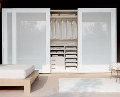 armário branco com portas de vidro branco