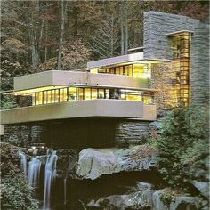 EMCARQUITECTURA, Frank Lloyd Wright, Fallingwater Using rectangle architecture whilst facing the living and balcony areas to the best views. Architecture Design, Organic Architecture, Beautiful Architecture, Falling Water Frank Lloyd Wright, Frank Lloyd Wright Homes, Falling Water House, Beton Design, Amazing Buildings, Modern House Design