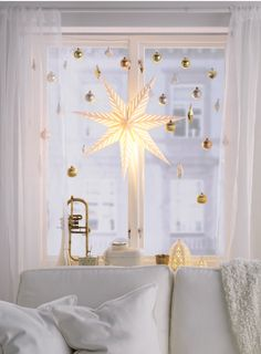 Bring a little twinkle to overcast skies with the help of some golden tree ornaments. If you use an extendable shower curtain rod inside the window frame, you can hang IKEA ornaments so they don't get in the way of the curtains. Attach the decorations usi Christmas Love, Christmas And New Year, Christmas Holidays, Christmas Crafts, Christmas Window Lights, Snowman Crafts, Christmas Window Display, Gold Ornaments, Christmas Decorating Ideas