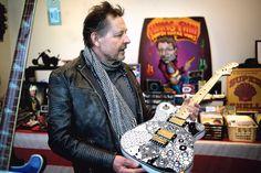Matti Nevalainen päällystää kitaransa selluloidilla, joka ei tuki soittimen puurungon huokosia. Kuva: Mika Strandén