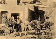 İstanbul simitçilerinin daha eski Tarihlerde nasıl çalıştığını Evliya Çelebinin seyahatname eserinde,Üstadın 16 ncı yüzyılın ikinci yarısı gözlemlerinden İstanbulda simitçilerin 70 Fırında toplam 300 nefer olarak çalıştığını bunlardan kimisinin de bağlı olduğu fırınların çırakları olarak Fırın hesabına çalıştıklarını öğreniyoruz.