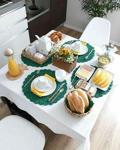 A imagepode conter: comida Breakfast Table Setting, Breakfast Platter, Breakfast Set, Food Decoration, Table Decorations, Brunch Mesa, Party Food Platters, Food Goals, Food Presentation