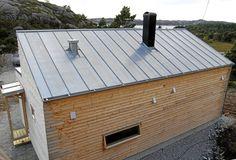 KNOPPSKYTING: Dette er hytte nummer to som er bygget etter Woody-pinsippet. Den har innvendig bad. Taket er kledd med sinkplater. De skal vare i sytti år. Woody, Modern Rustic, Shed, Deck, House Design, Outdoor Structures, Cabin, Outdoor Decor, Home Decor