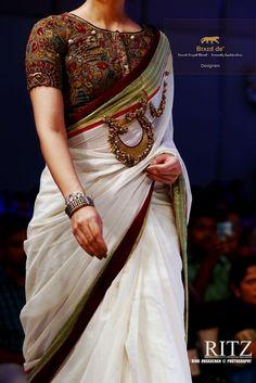 Kalamkari Blouse with Kerala Saree. Are you a fan of the most traditional kerala kasavu saree? Then give it a try with a kalamkari blouse. Sari Blouse Designs, Saree Blouse Patterns, Fancy Blouse Designs, Kalamkari Blouse Designs, Indische Sarees, Lehenga, Sabyasachi, Sari Bluse, Kalamkari Saree