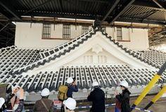壁や瓦の継ぎ目の漆喰塗りが仕上がった大天守の最上層=29日午後、姫路城