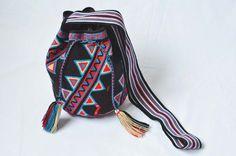 WAYUU BAG – Medium-Sized Mochila. Handwoven by a woman from the Wayuu Tribe. Triangle Path. www.colombiart.co
